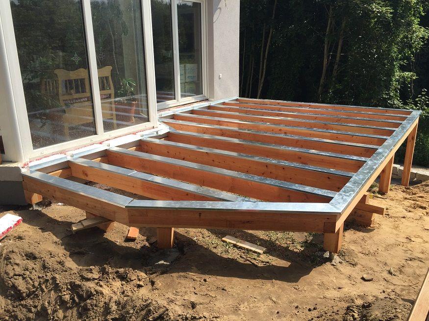 Erhöhte Terrasse aus Bangkirai mit Holztreppe und ...