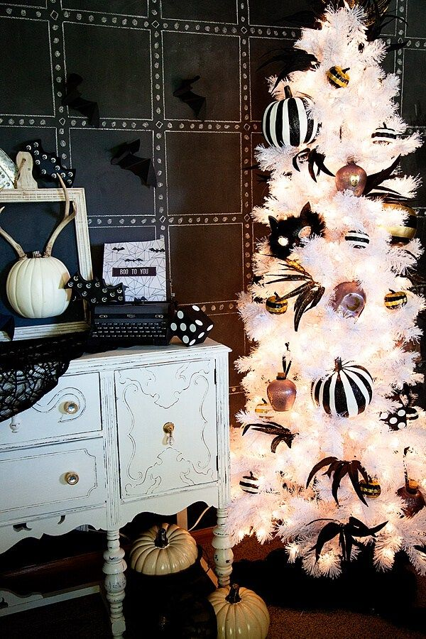 74+ Spooky Black and White Halloween Decorating Ideas for 2018