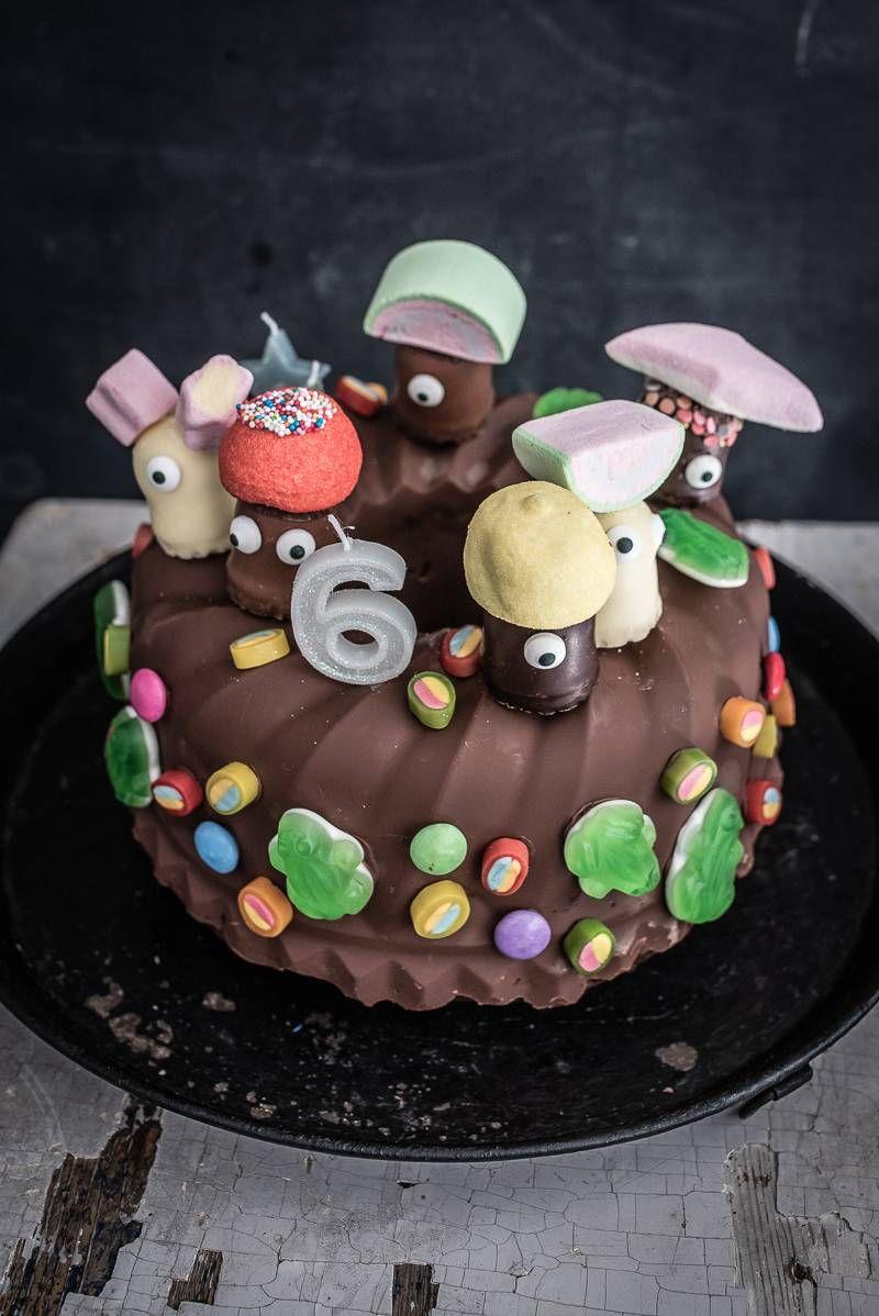 Kindergeburtstag Marmorkuchen mit Schokoglasur, Schokoküssen und Süßigkeiten Deko - trickytine