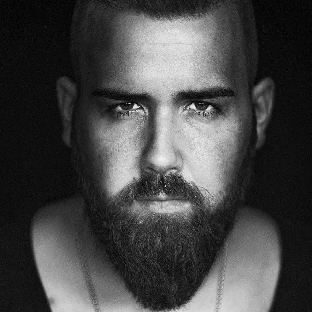 Was sagst du zu diesem gepflegten Bart? @marius.lee.09 hat ihn ein halbes Jahr wachsen lassen und stutzt ihn regelmäßig. Außerdem rasiert er wöchentlich seine Konturen und verwendet täglich Bartöl, Bartpomade sowie eine Bartbürste. :-{) Foto: @pixxelballerina_fotografie #blackbeards #beard #beards #bearded #beardgang #beardlife #beardo #beardlove #beardporn #beardman #bartmann #beardy #beardenvy #beardlover #beardedman #beardsofinstagram #beardcare #beardsandtattoos #beardedgentleman…