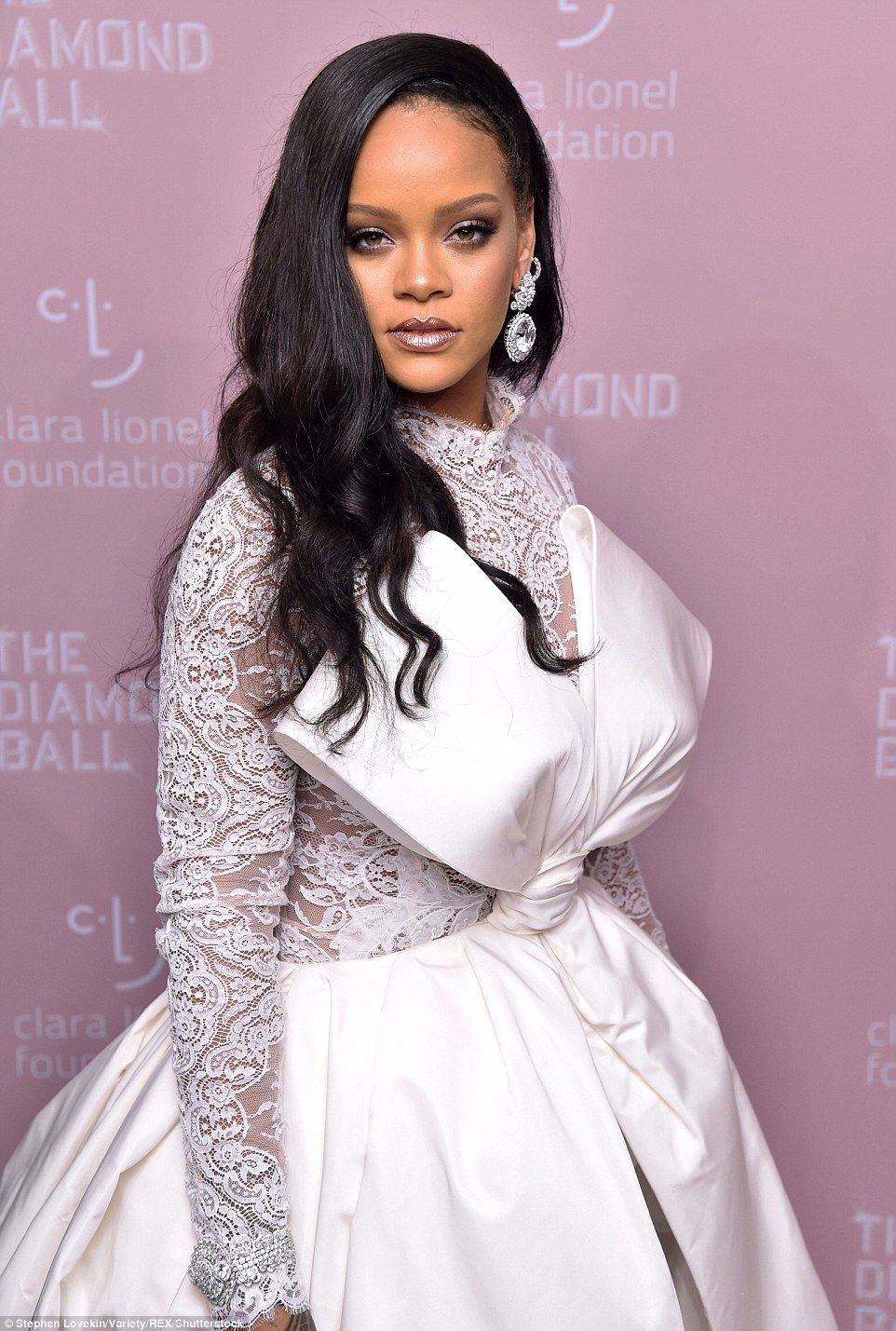 92f30f67c9f8 Glamorous  The Fenty Beauty goddess  glam perfectly complemented her  angelic look with a m...  rihanna