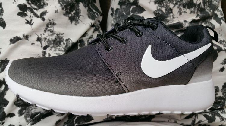 huge discount cc234 88052 Roshes Nike Roshe Run Womens Gradient Print Black White | Things to ...