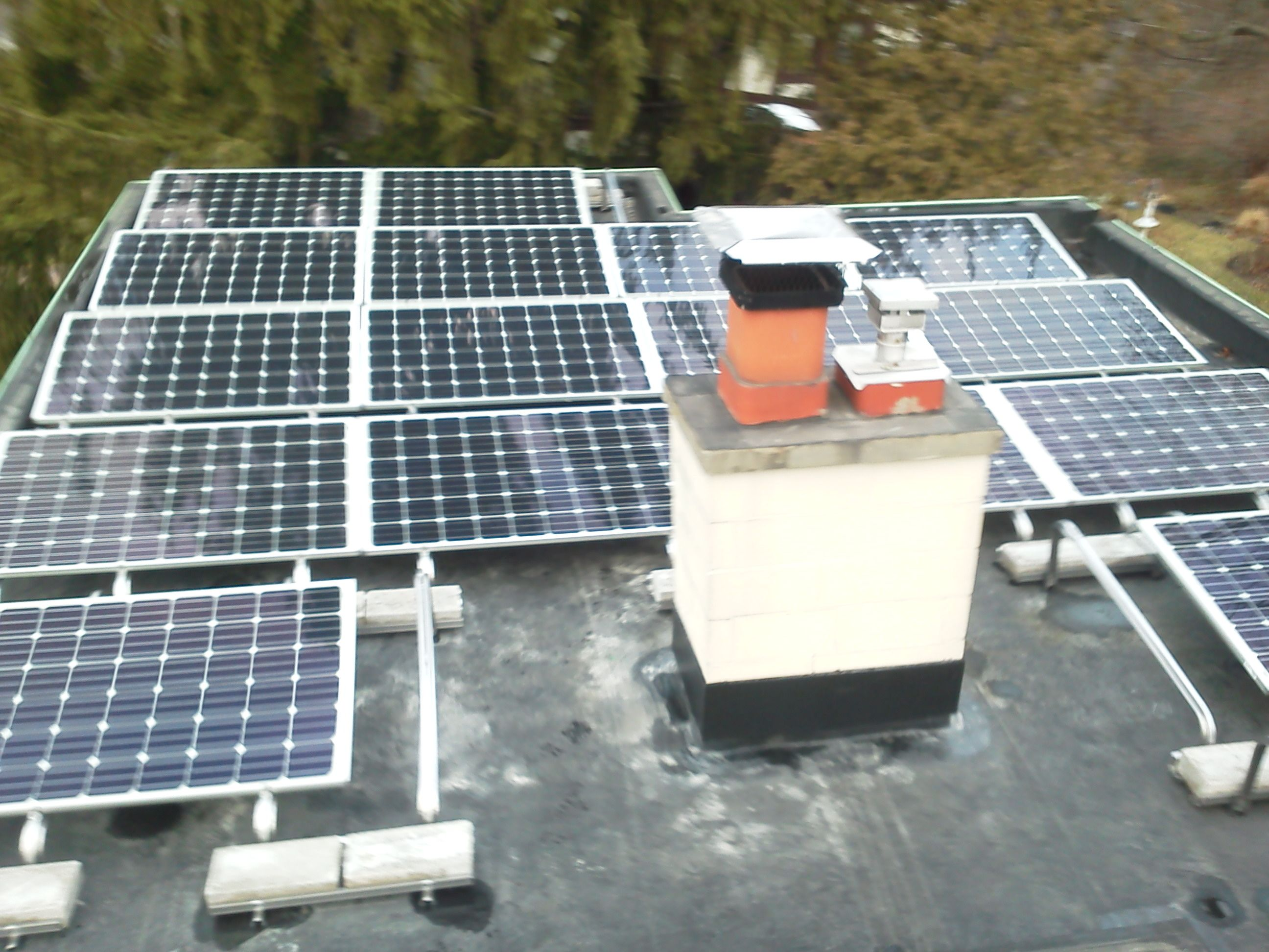 Grand Rapids Michigan Flat Roof Residential Solar Array 17 255w Solarworld With 17 Enphase M215 Micro Inverters T Residential Solar Roof Solar Panel Solar