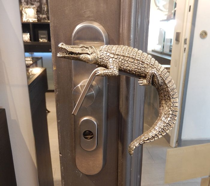 Beau The Most Expensive Door Knob: A Crocodile Out Of Silver For This Jewellry  Shop