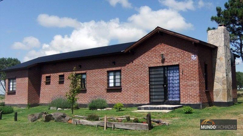 Fachada de ladrillo visto combinada con detalles en piedra for Casas modernas ladrillo