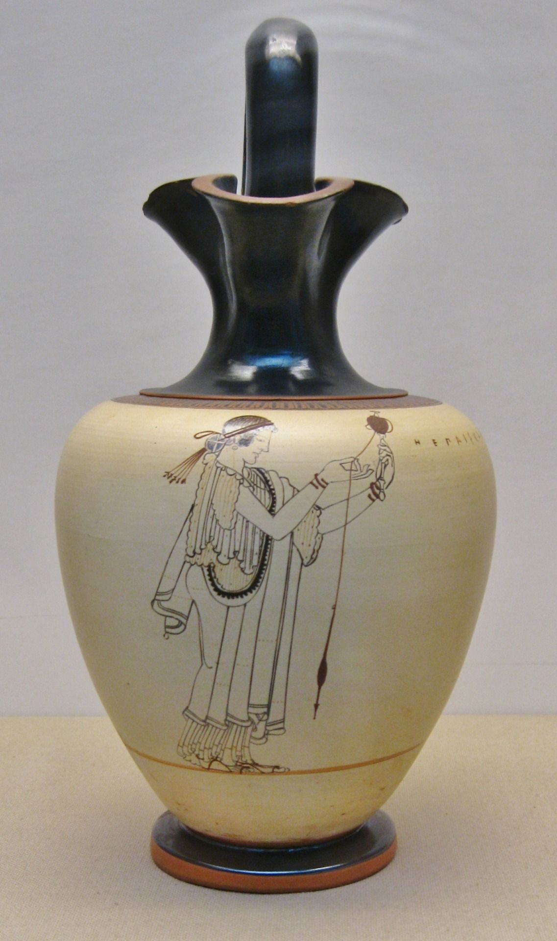 White Ground Jug Made In Athens In The Early 5th Century Bc The Woman Is Depicted Spinning Cloth This Is One Of Th Arte Griego Grecia Antigua Ceramica Griega