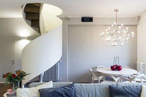 Moderne wenteltrap in woonkamer interieur inrichting trappen