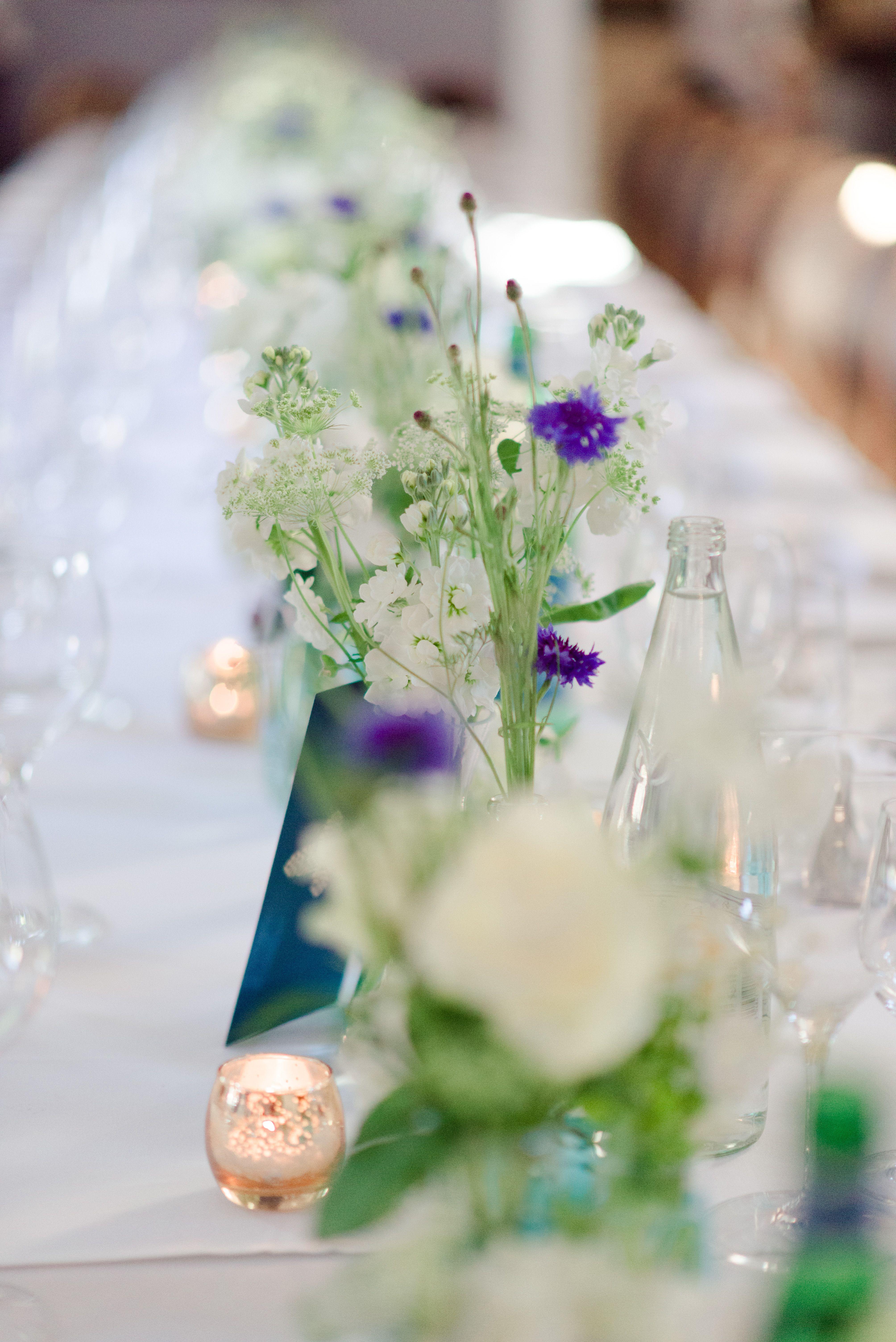 inspiration décoration de table mariage bleu chemin de table fleurs