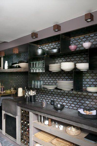 au dessus du plan de travail en pierre de lave noire les. Black Bedroom Furniture Sets. Home Design Ideas