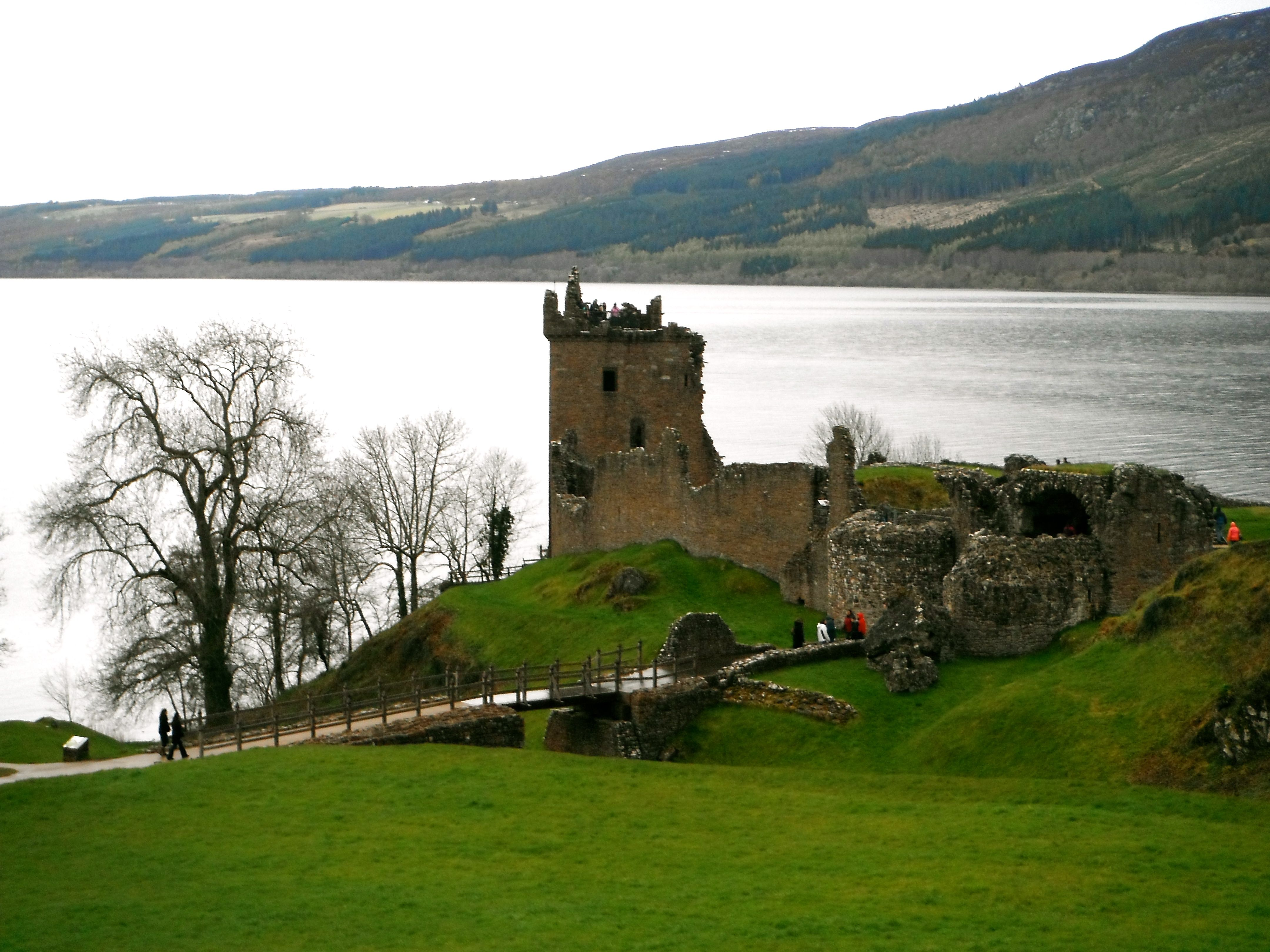 SCOTLAND - Urquhart Castle, in DRUMNADROCHIT, on the west shore of the Lock Ness. (check)