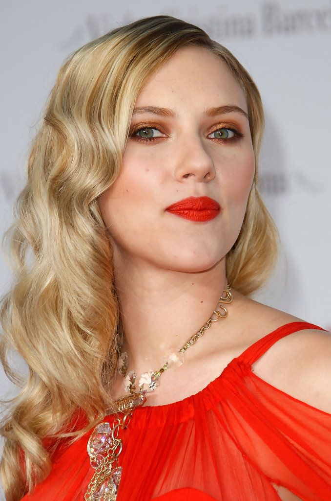 """Scarlett Johansson Photos - Actress Scarlett Johansson arrives at te premiere of Weinstein Company's """"Vicky Cristina Barcelona"""" at the Mann Village Theater on August 4, 2008 in Westwood, California. - Premiere Of Weinstein Company """"Vicky Cristina Barcelona"""" - Arrivals"""