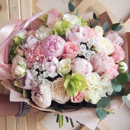 Стильный букет с пионами и тюльпанами