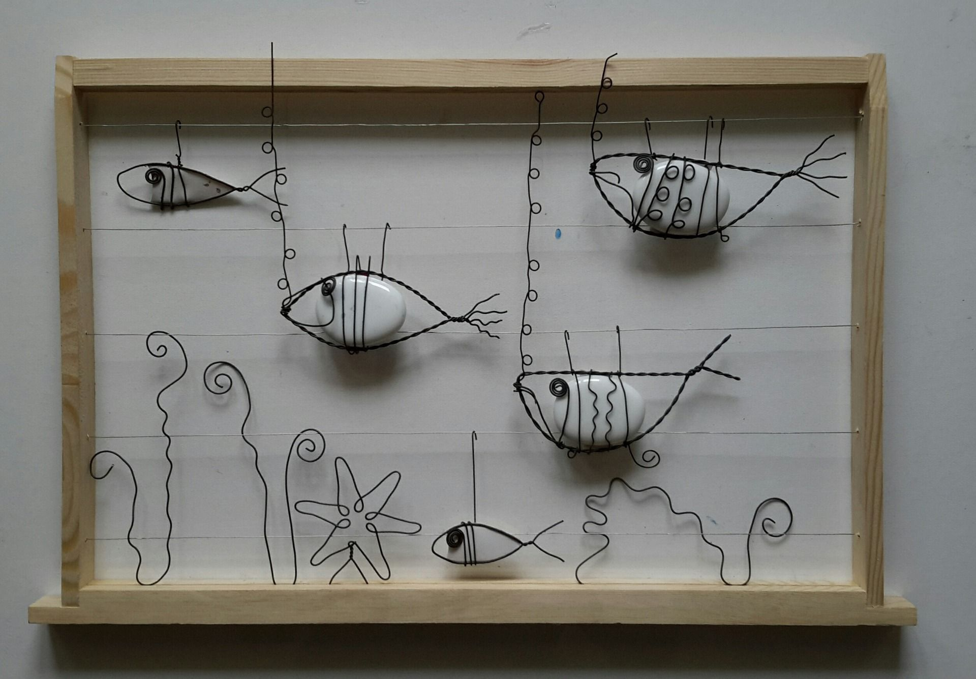 Aquarium poissons galets et fil recuit d corations - Peinture metallisee murale ...