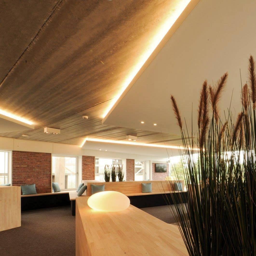 Multifunctionele ruimte voor workshops en recepties in een kantoor.