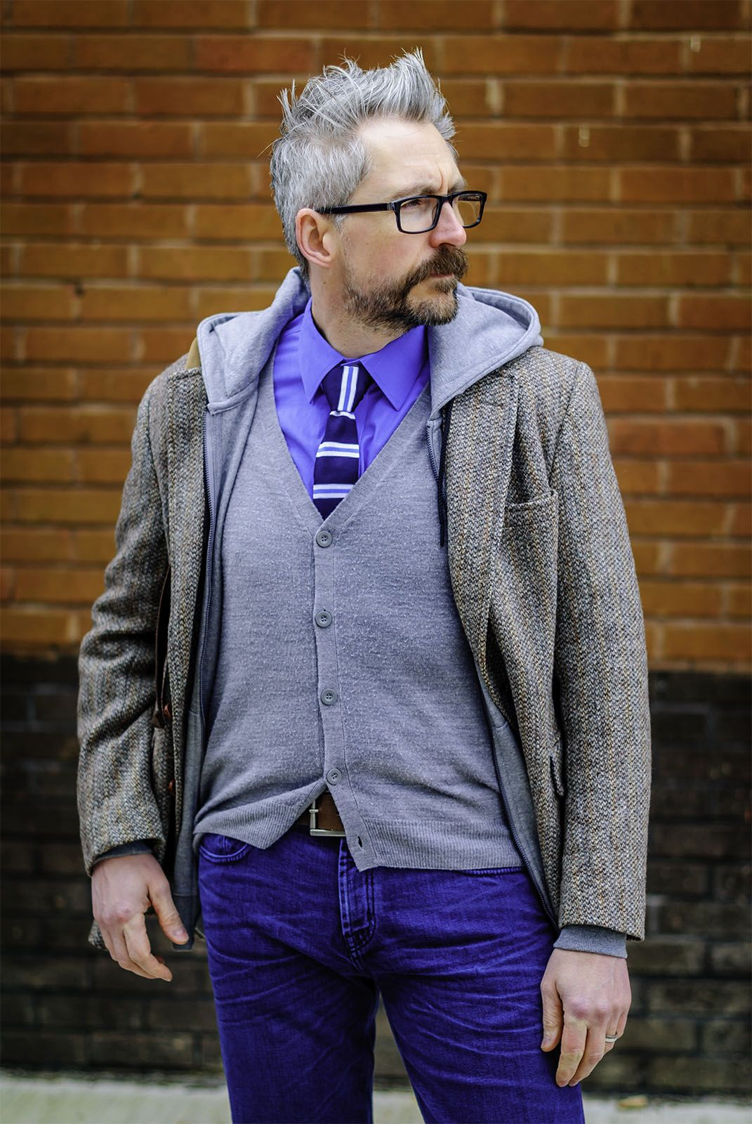 Men over 40 can layer a hoodie with a shirt and tie, cardigan and ...