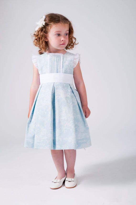 7e437ae35 Robe pour jeune fille de mariages en pâle bleu à motifs toile de jouy  blanc. Raffinée et élégante. Ornements en blanc avec cravate retour