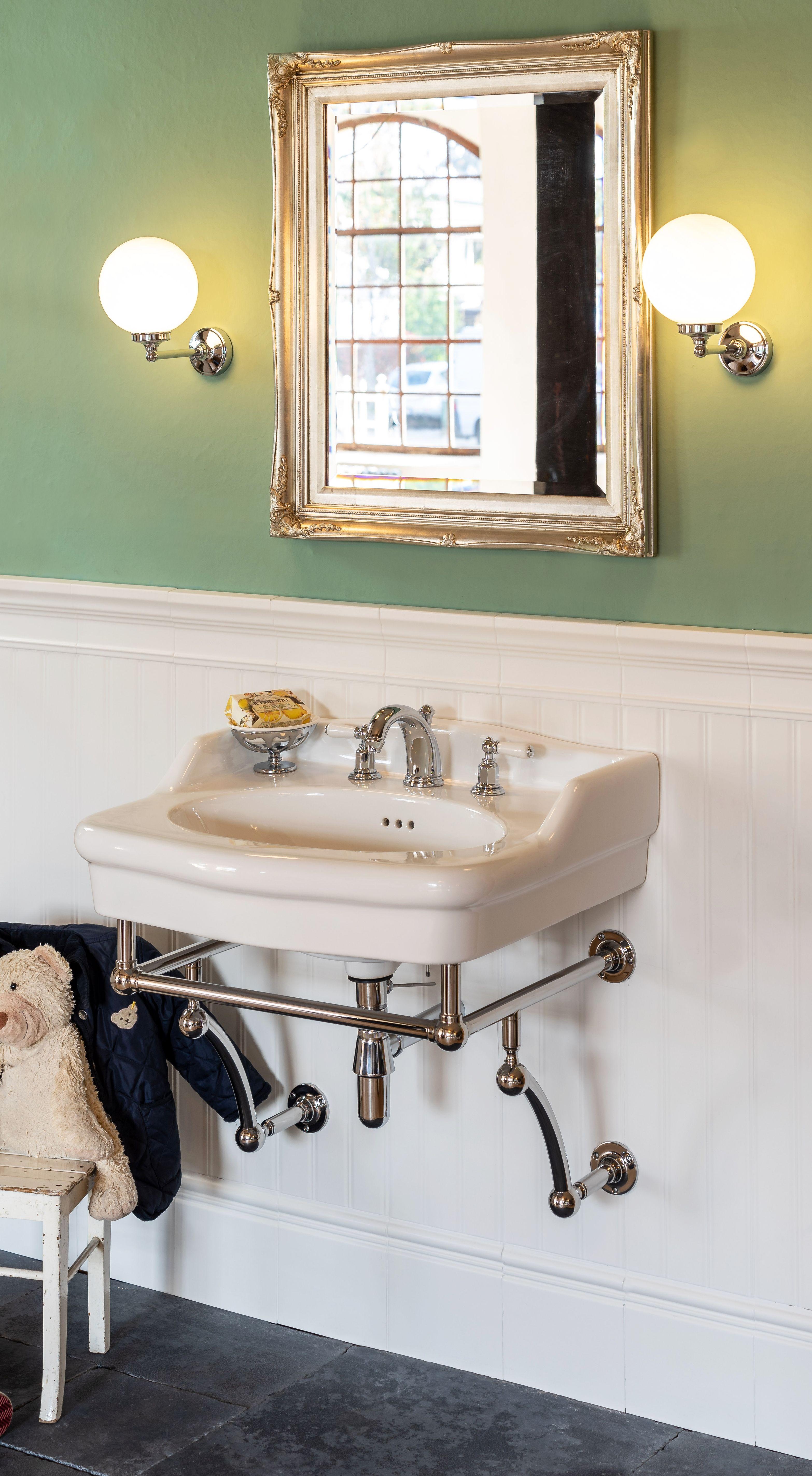Dieser Waschtisch Im Klassischen Stil Erinnert Sofort An Das