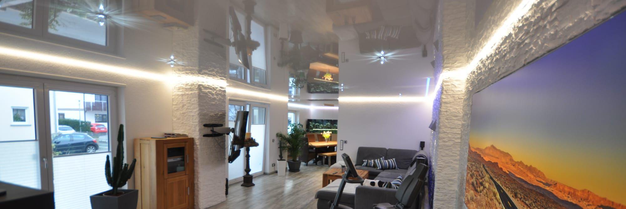 Lackspanndecke im Wohnzimmer, weiss Hochglanz, LED-Lichtkanal