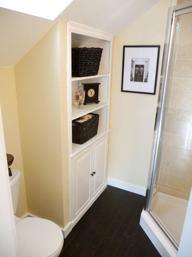 regal-dachschraege-bad-klo-duschkabine-weiss-cremeweiss Ideen - badezimmer mit schräge