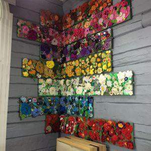 Hängda med hörnet som utgångspunkt. Tavlor med virkade blommor Bild: Yle/Lee Esselström blommor (prydnadsväxter),Strömsö (tv-program),virkning