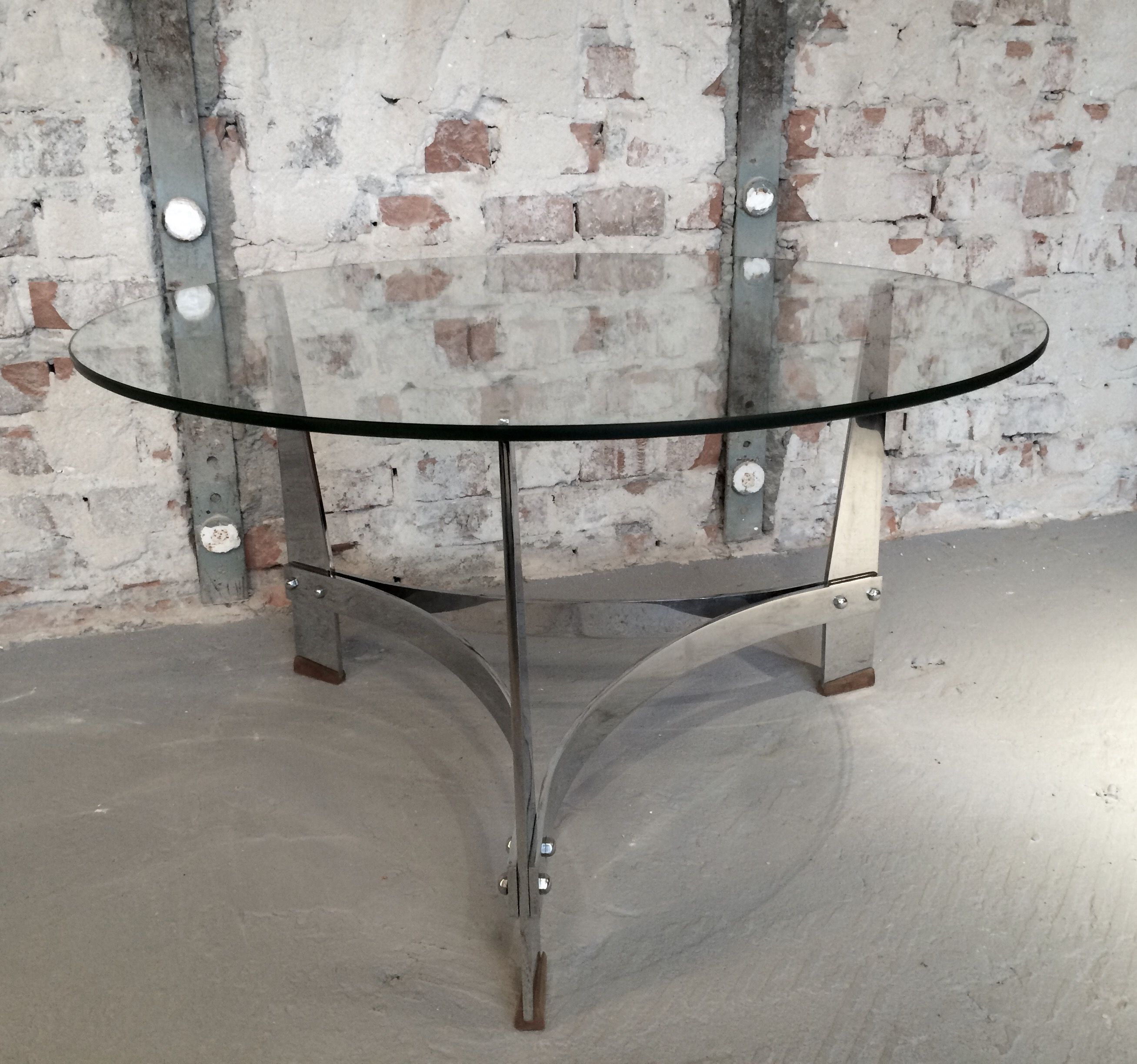 Italian furniture manufacturer Round glass table on metal legs