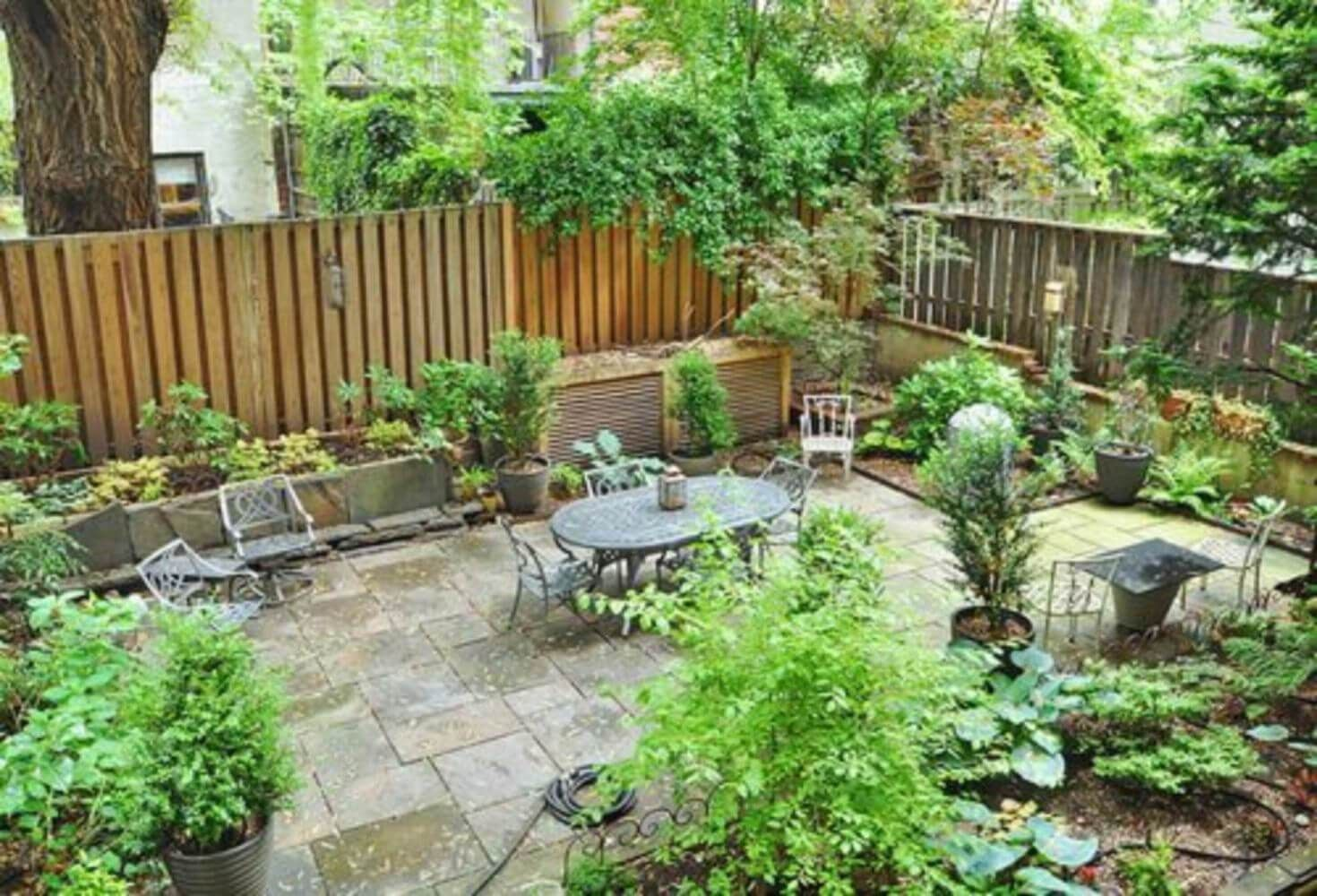 Fenced In Small Backyard Design Townhouse Garden Backyard Garden Layout Small Backyard Landscaping