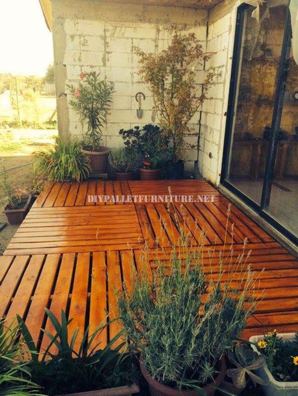 Ejemplos De Tarimas Construidas Con Palets Jardin Con Palets Pisos De Pallets Decoración De Patio