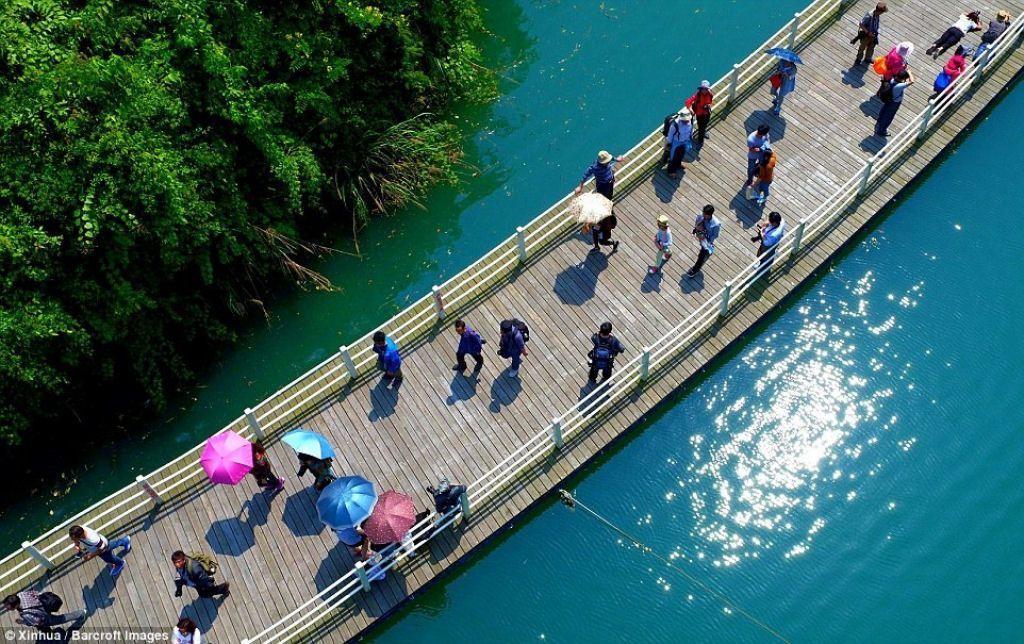 A impressionante passarela flutuante no meio de um rio, na China 05