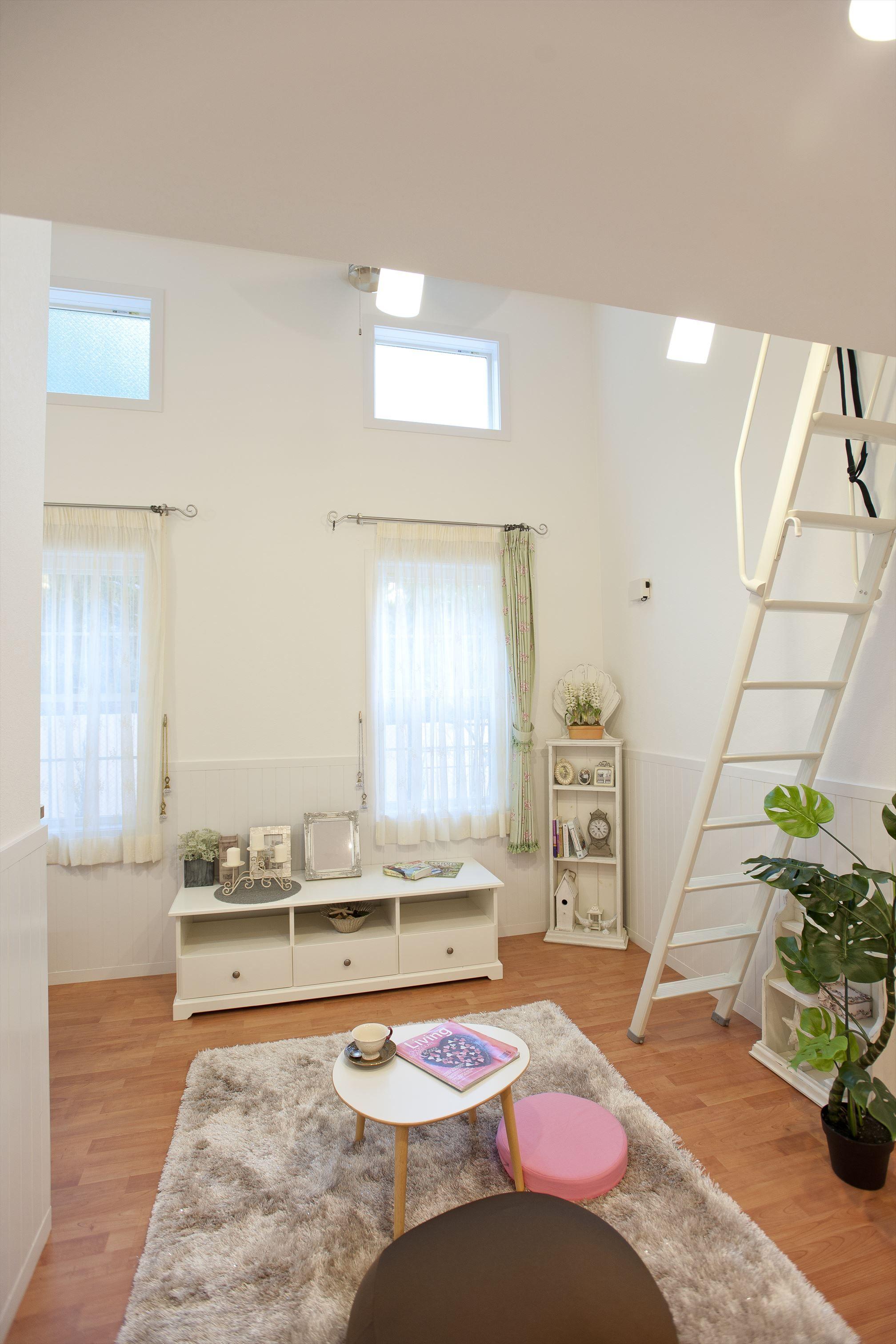 天井高3 6mあるので採光窓を採用し 光を取り入れお部屋を明るくさせ