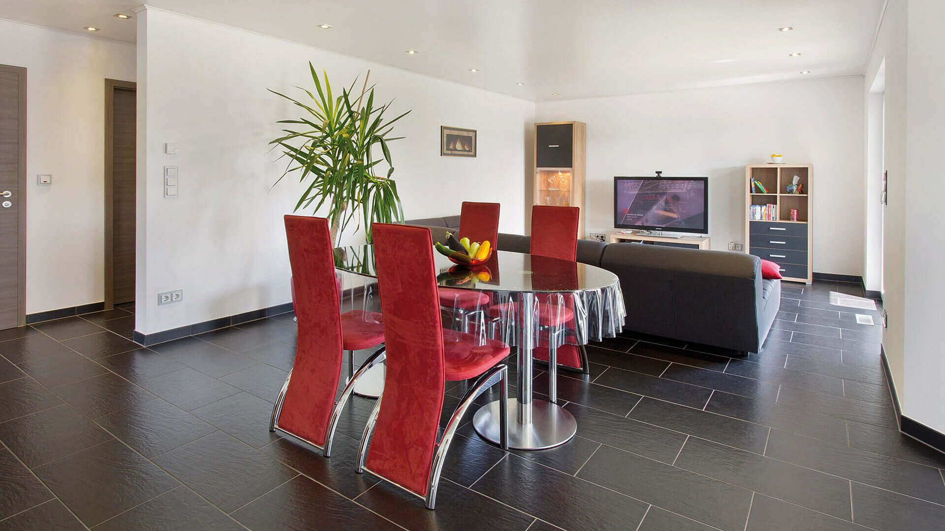Esszimmer Schwarze Bodenfliesen Rote Stuhle Glastisch Haus Pinterest