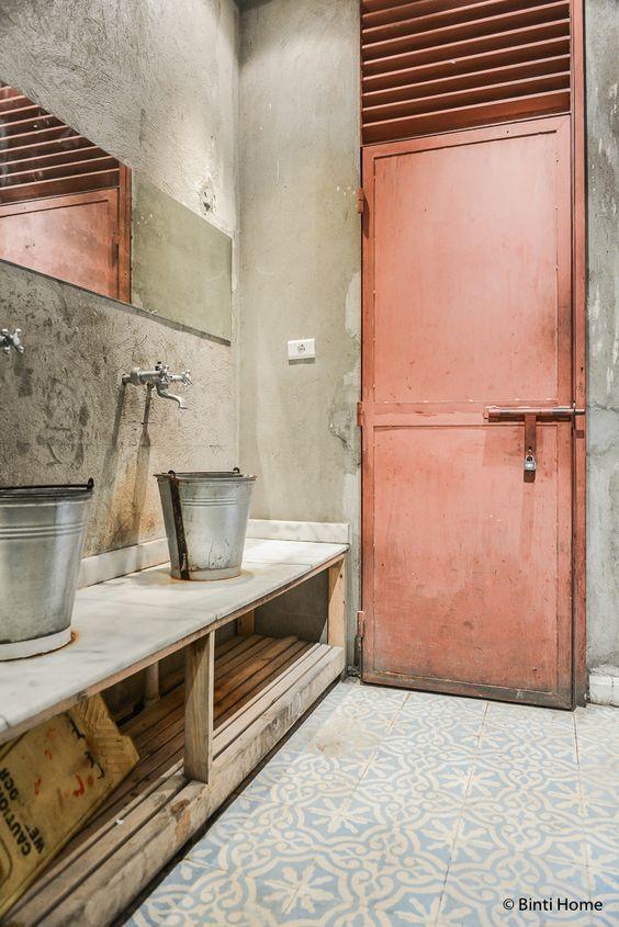 łazienka industrialna z wiadrami zamiast umywalek