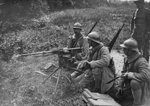 French troops training to use the Hotchkiss machine gun in 1917 at the Instruction Centre, Cambronne, Oise, France, courtesy of the Imperial War Museum, © IWM, Q 69510