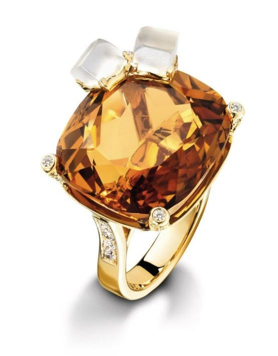 Whiskey on the Rocks by Piaget - 18-carat yellow gold ring set with 100 brilliant-cut diamonds (approx 0.83 ct),1 cushion-cut citrine (approx 27 ct) and 2 carved quartz ( approx 2.64 ct)