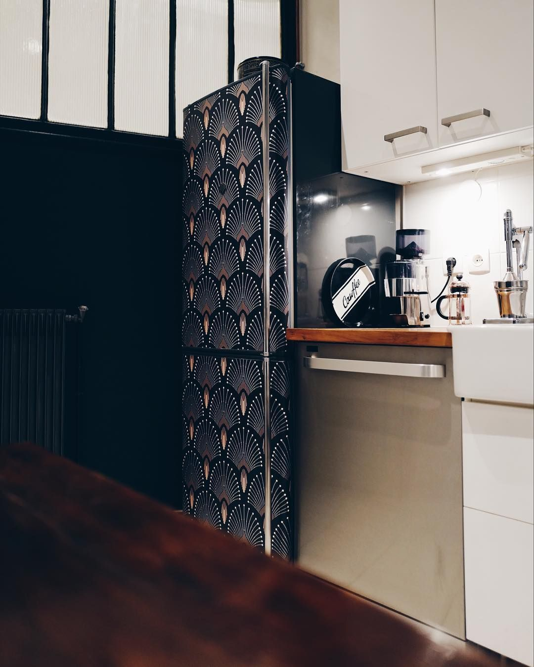 cuisine dans appartement parisien relooking de frigo avec un papier peint vanessa pouzet. Black Bedroom Furniture Sets. Home Design Ideas