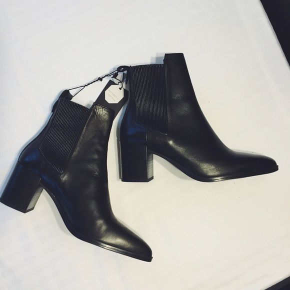 5f65eb0761e Zara Pointy Toe Chunky Heel Chelsea Boots Black leather ankle boots with a  pointed toe.
