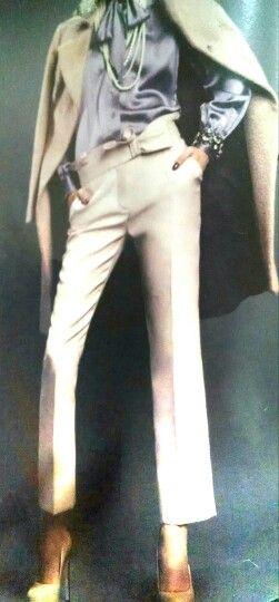 Abrigo color beige combinado perfectamente con blusa en satín color uva y pantalón corte recto pretina ancha y zapatilla q le da un toque de elegancia. Ideal para la oficina.