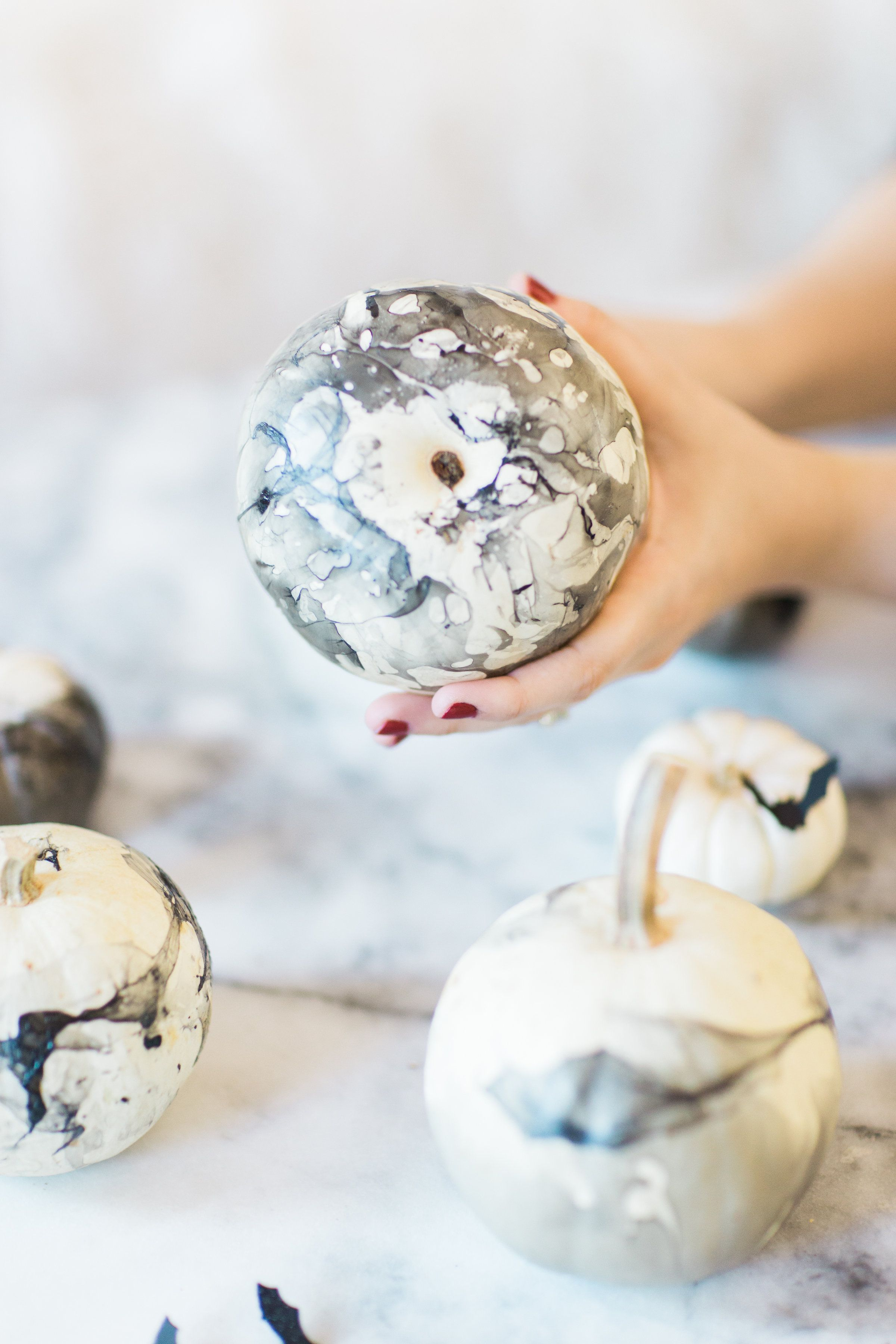 How to make chic and easy DIY marbled pumpkins (perfect for Halloween!) | Marble pumpkin painting | DIY marbled pumpkins | chic pumpkin painting ideas | easy pumpkin painting | halloween pumpkin painting | Creative pumpkin painting ideas | Glitter Inc. #pumpkinpainting #pumpkindecor #pumpkinpaintingideascreative How to make chic and easy DIY marbled pumpkins (perfect for Halloween!) | Marble pumpkin painting | DIY marbled pumpkins | chic pumpkin painting ideas | easy pumpkin painting | halloween #pumpkinpaintingideascreative