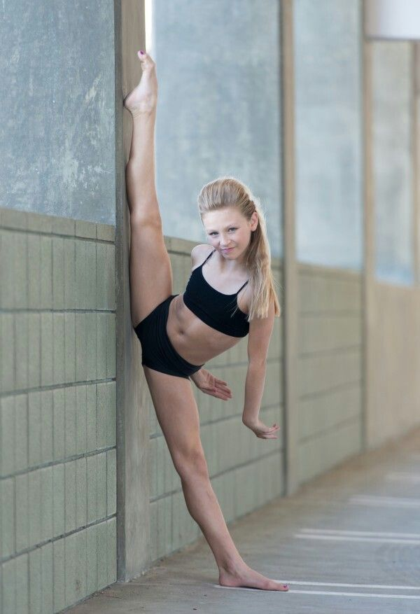 A cute dancer who calls herself Autumn Miller. I'm gonna see her through Ustream next weekend at Hall of Fame! :D