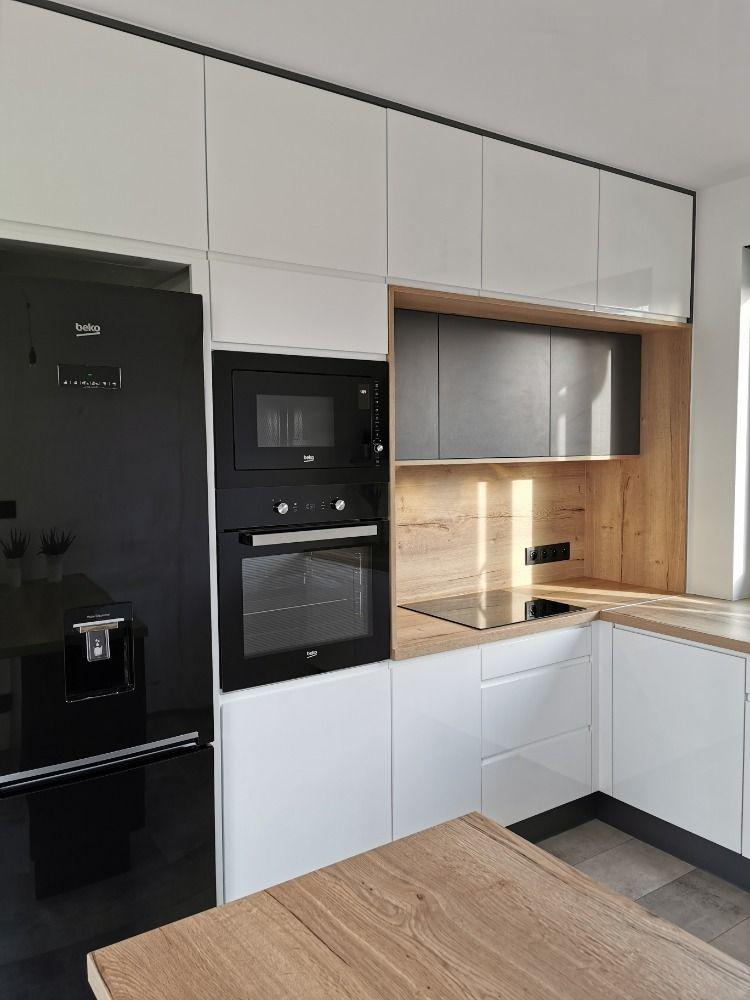Lsniaca Biel I Matowa Szarosc Z Drewnianym Dekorem Kitchen Home Kitchen Cabinets