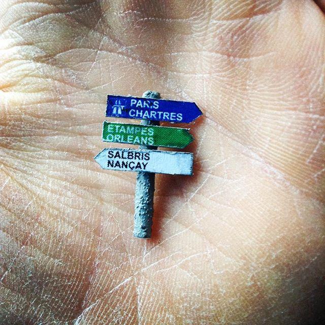 """""""Allez une grosse patine et fini le panneau""""#miniaturefood #miniaturist #miniature #panneau #paris #instagram #instagood #maquette #facebook #fantasy #photography #artist #artdeco #art #colle"""