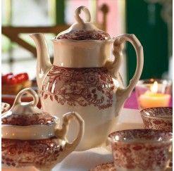 """Juego de Café de 6 servicios y 15 piezas en loza reforzada. El diseño original data de 1841 pero en la actualidad se le aplica tecnología que permite que este juego sea apto para lavavajillas y microondas. La firma Cartuja consiguió ser nombrada proveedora de la Casa Real en 1871 por Amadeo I de Saboya. El decorado """"Rosa"""" es el más clásico de la marca y constituye una fiel reproducción de las primitivas planchas grabadas sobre cobre que se trajeron de Inglaterra en 1841."""