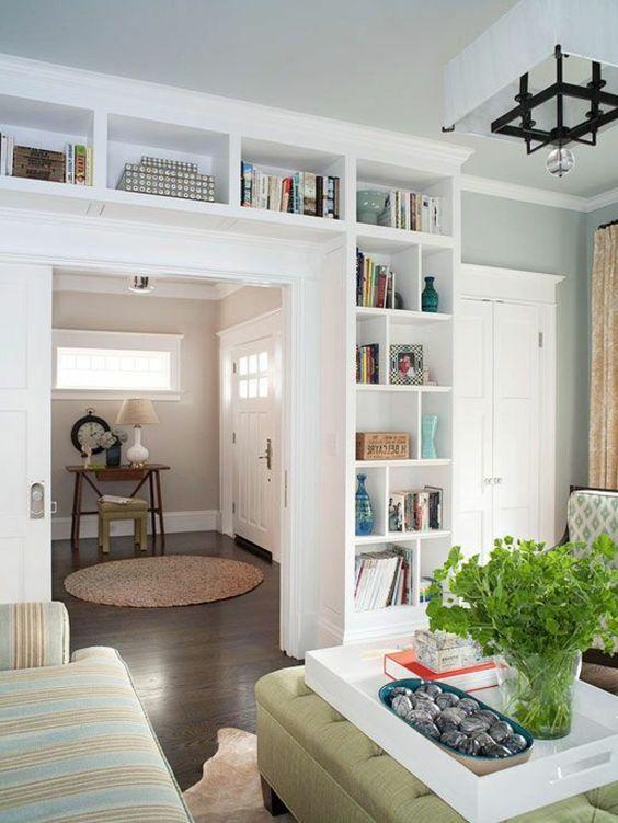 Viele Weiße Regale Im Kleinen Wohnzimmer Wohnen