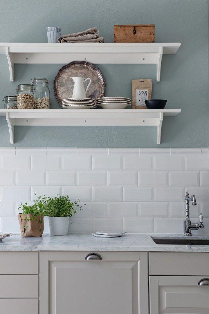 Cocina serena de aire country | Cocinas blancas, Cocinas ...