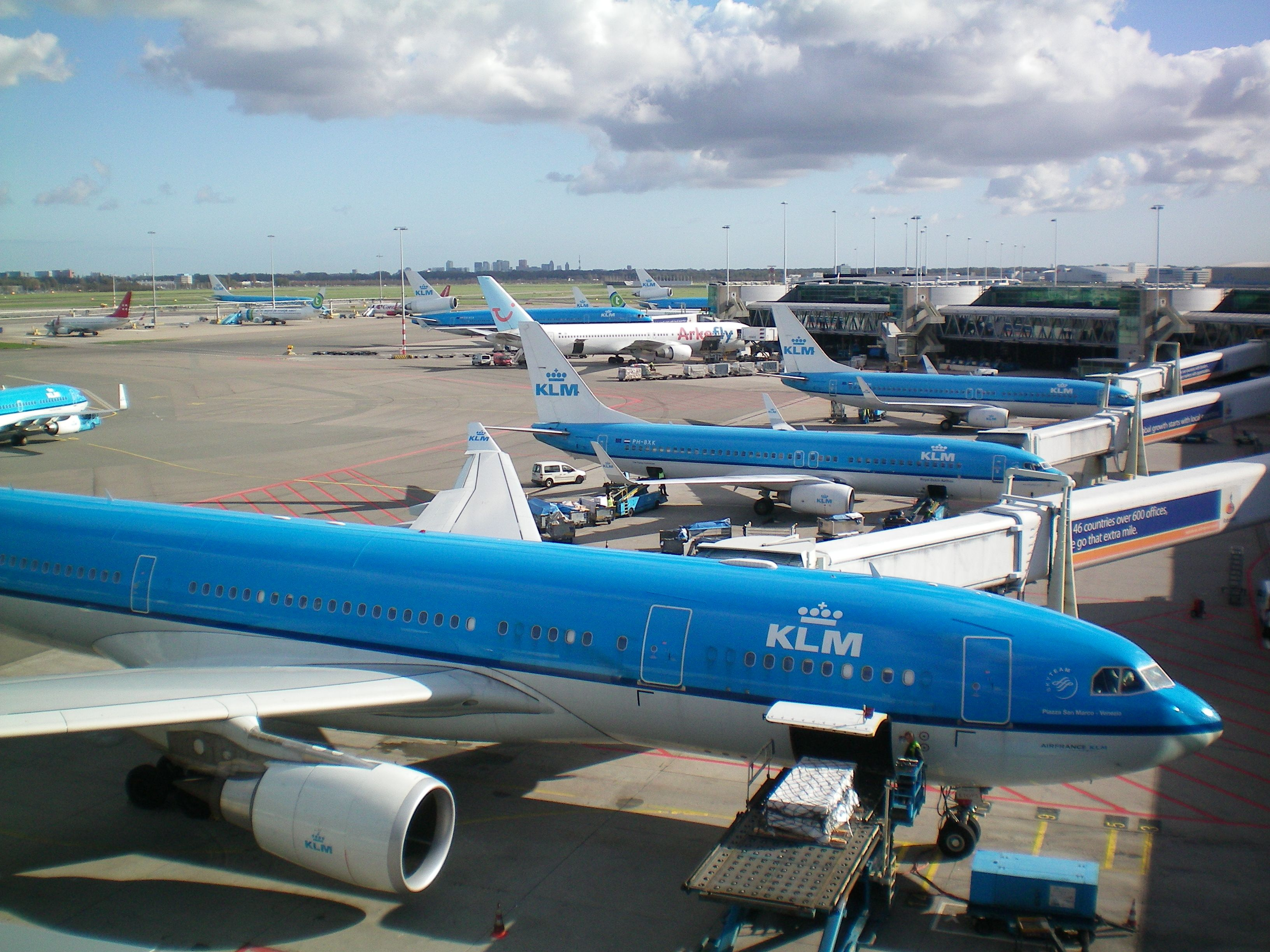 KLM Airbus A330200 loading cargo Planes, Vliegtuig