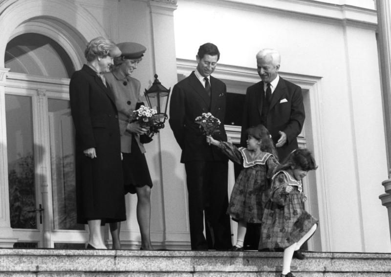 Charles e Diana flores de crianças