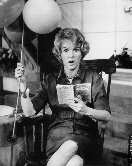 (C) Elaine Stritch fue una cantante y actriz estadounidense, particularmente famosa en el teatro de Broadway y por sus incursiones en televisión donde fue premiada en repetidas oportunidades.