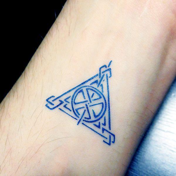 nouveau pochoir motif triangle celtique, tatouage réalisé à l'encre