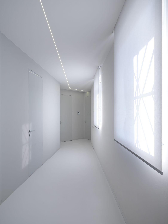 Corridoio total white con porte laccate lucide e a filo muro garofoli group e 39 uno degli - Porte filo muro garofoli ...
