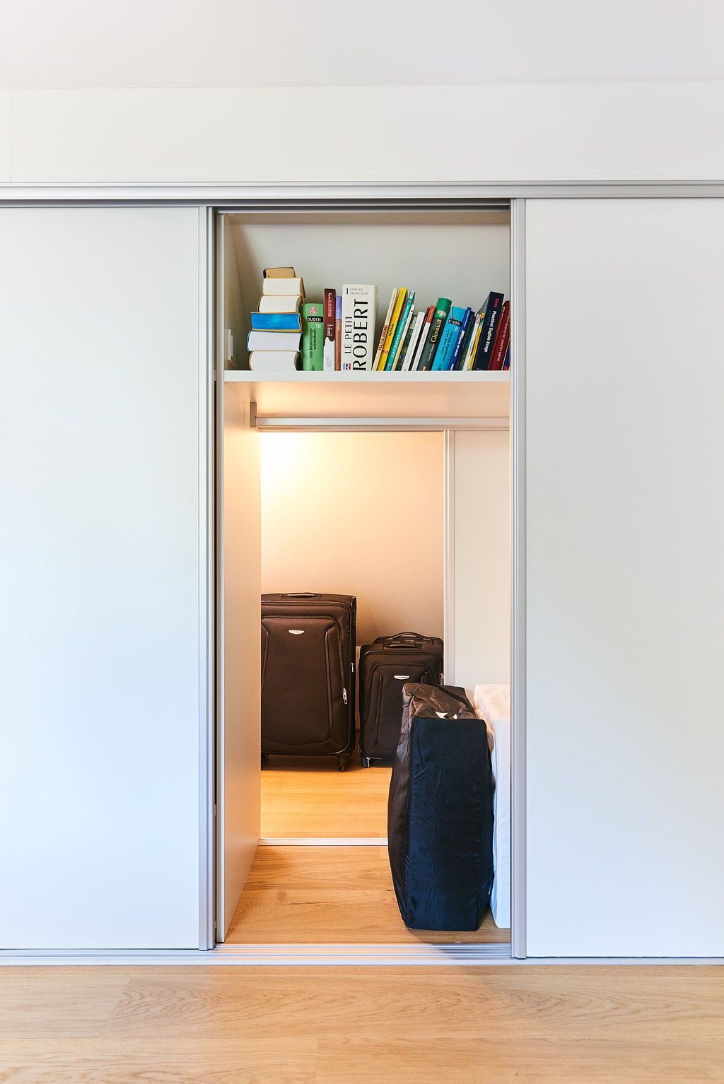 Rangement Valises Koffers Opbergen Storage Solution For Your Suitcases Solutions De Rangement Placard Sur Mesure Mobilier De Salon