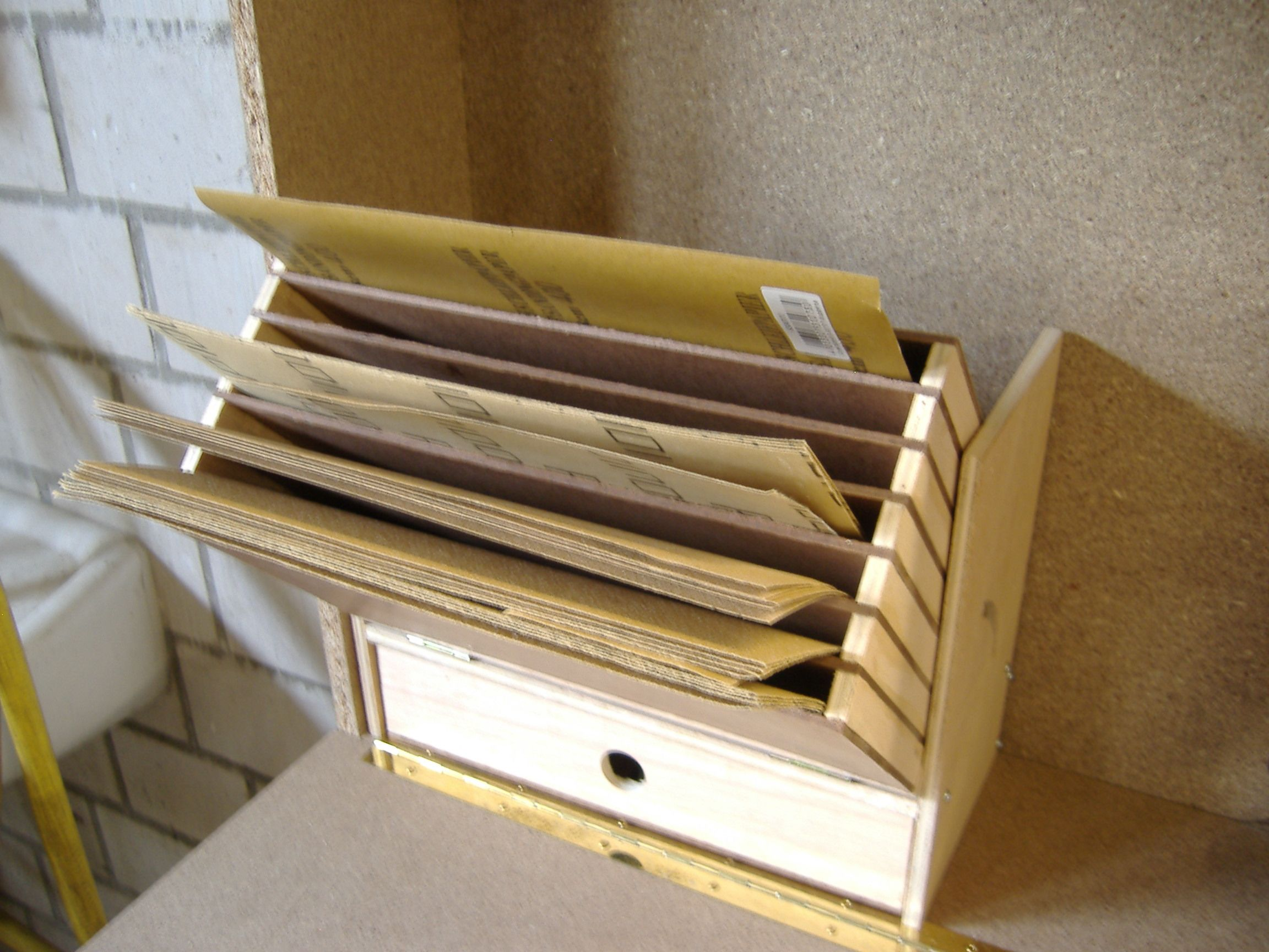 schleifpapier spender bauanleitung zum selber bauen. Black Bedroom Furniture Sets. Home Design Ideas